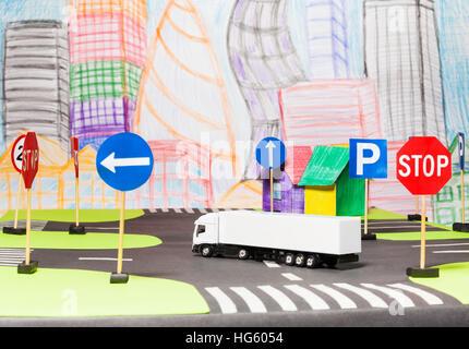 Camion blanc route de coupe dans la ville du jouet model Banque D'Images
