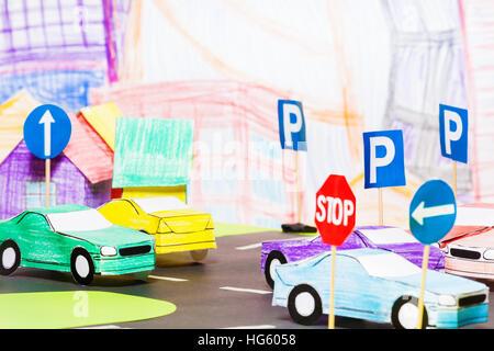 Le trafic routier dans la ville avec des voitures jouets Banque D'Images
