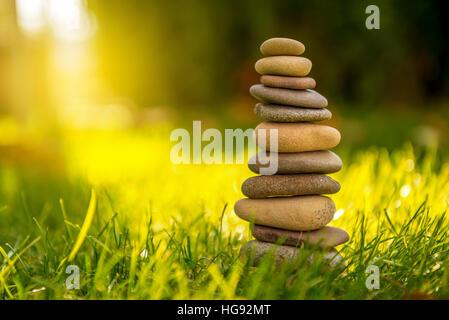 L'équilibre des pierres dans le coucher du soleil en mer en avril Banque D'Images