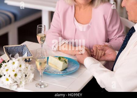 Couple admirable dans un restaurant Banque D'Images