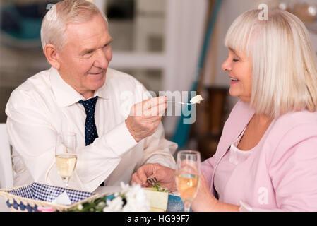 Merveilleux couple having fun in restaurant Banque D'Images