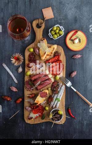 Mélange de saucisse Tapas Espagne jamon iberico 7343 jambon fromage olives chorizo Banque D'Images