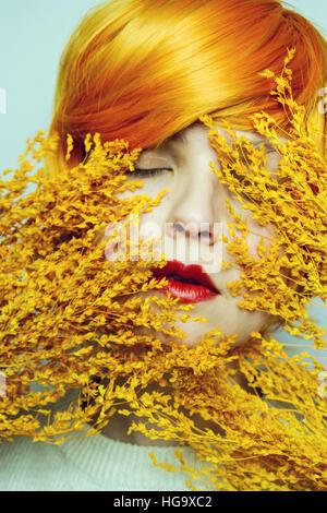 Beauté d'une jeune femme avec des tons orange Banque D'Images
