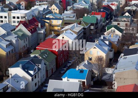 Maisons de quartier coloré dans le centre de Reykjavik vue à partir de la tour d'observation de l'Islande, Hallgrimskirkja Banque D'Images