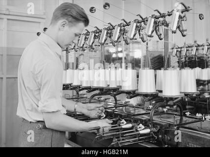 L'homme à la rayonne canetage William Skinner et Fils, 1936 Moulin à soie. Banque D'Images