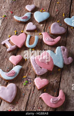 Beau fonds d'amour gingerbread cookies sur une table en bois libre verticale. Banque D'Images