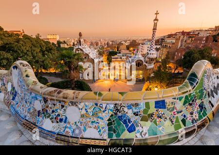 Parc Guell avec derrière les toits de la ville au coucher du soleil, Barcelone, Catalogne, Espagne Banque D'Images