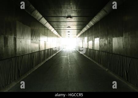 La lumière au bout du tunnel tunnel piétonnier éclairé par la lumière du soleil à la sortie Banque D'Images