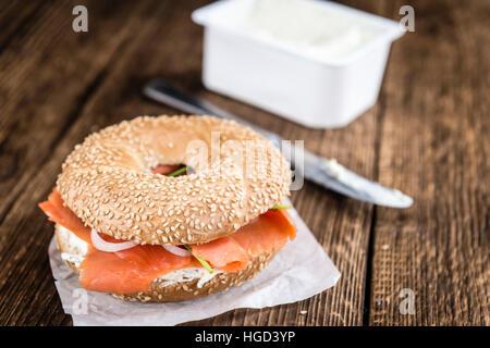 Bagel au saumon frais (selective focus; gros plan détaillé) Banque D'Images