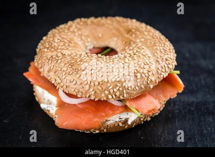 Bagel au saumon sur une dalle d'ardoise (selective focus; close-up shot) Banque D'Images