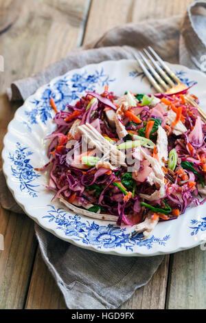 Avec les restes de dinde, salade de chou rouge, les pommes et les carottes Banque D'Images