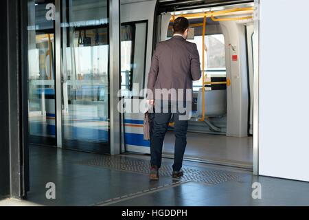 Banlieue d'affaires voyageant dans le métro Underground Banque D'Images