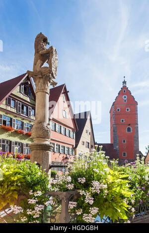 Allemagne, Bavière, Route Romantique, Dinkelsbuhl, Fontaine et bâtiments médiévaux Banque D'Images
