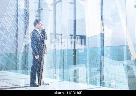 Business man par téléphone mobile dans l'office, la communication ou le succès de l'exposition double concept, appelez Banque D'Images
