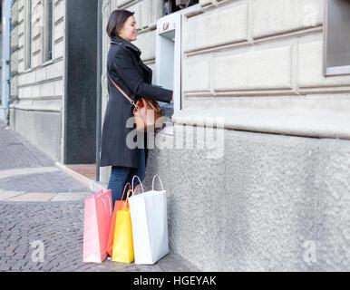 Femme faisant une banque retrait dans un distributeur automatique de billets