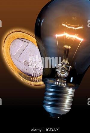 Lightbulb et pièce en euro, symbolique des frais d'électricité Banque D'Images