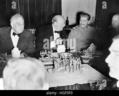 30 novembre 1943.Téhéran.Churchill célèbre son 69e anniversaire avec le président Franklin D. Roosevelt et Staline Banque D'Images