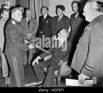 Le président Roosevelt est présenté avec l'Épée de Stalingrad à la Conférence de Téhéran. Churchill et Staline. Banque D'Images