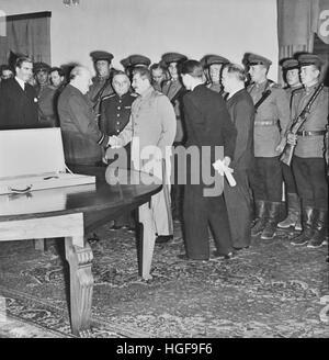 Churchill serre la main de Staline. Conférence de Téhéran 28 Nov 1943 Banque D'Images