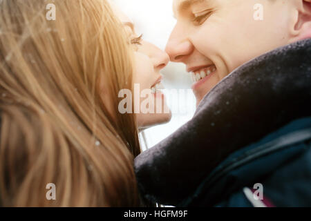 Couple posing in a snowy park Banque D'Images