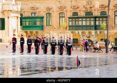 La Valette, MALTE - 13 avril 2012: la relève de la garde cérémonie dans l'avant-cour du palais présidentiel de Banque D'Images