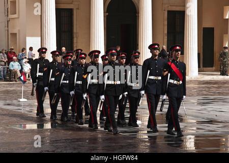La Valette, MALTE - 13 avril: relève de la garde cérémonie dans l'avant-cour du palais présidentiel de Georges Banque D'Images