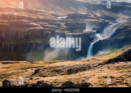 Paysage islandais typique dans les montagnes. Matin d'été colorés avec une cascade dans l'Islande, l'Europe. Banque D'Images