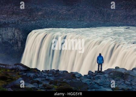 Admiring view touristique de la chute d'eau de la cascade la plus puissante en Europe - Dettifoss. Le Parc National Banque D'Images