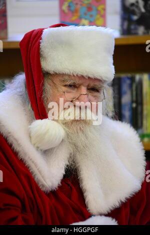 Mike Bretton de Wombwell, Barnsley, South Yorkshire, UK. Mike est montré sous son vrai barbe enfants habillés en Père Noël.