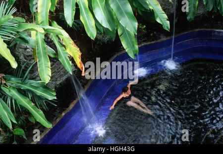 Une femme est relaxant dans un bain thermal à proximité du volcan Arenal, la Fortuna, Costa Rica, Amérique Centrale Banque D'Images