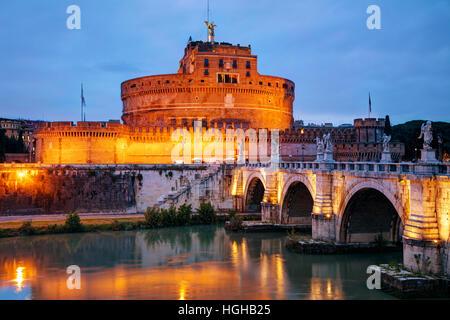 Le Mausolée d'Hadrien (Castel Sant'Angelo) à Rome la nuit Banque D'Images