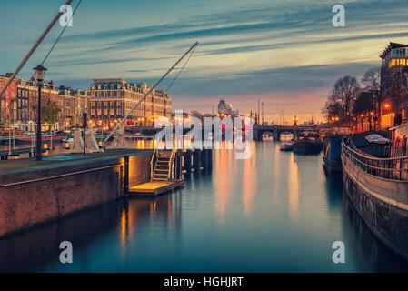 La rivière Amstel et environs à Amsterdam Pays-Bas Banque D'Images