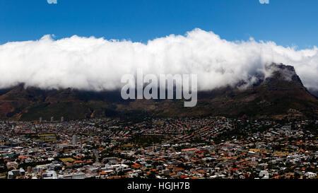 Table Mountain est une montagne formant un repère important sur la ville de Cape Town en Afrique du Sud. C'est une Banque D'Images