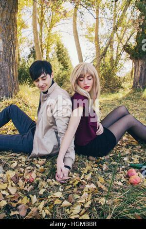Jeune couple dans une date dans un magnifique place naturelle en automne Banque D'Images