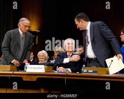 Washington DC, USA. 11 janvier 2017.Le sénateur américain Ted Cruz (républicain du Texas), serre la main droite avec Wayne Rex Tillerson, ancien président et chef de la direction d'ExxonMobil, comme il apparaît devant le Senate Committee on Foreign Relations compte tenu de sa nomination pour être le secrétaire d'État des États-Unis sur la colline du Capitole à Washington, DC le mercredi, Janvier 11, 2017. L'ancien sénateur Sam Nunn (démocrate de Géorgie) de gauche. Credit: Ron Sachs/MediaPunch /CNP/Alamy Live News