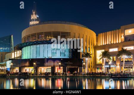 Vue de nuit sur le centre commercial de Dubaï, Dubaï, Émirats Arabes Unis Banque D'Images