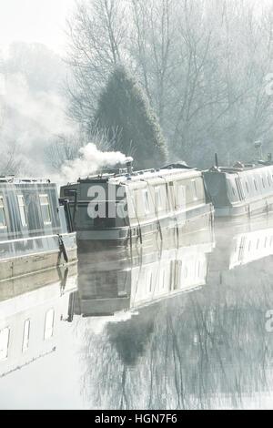 Des bateaux sur le canal sur le canal d'oxford a foggy frosty matin de décembre. Aynho, Banbury, Oxfordshire, Angleterre Banque D'Images