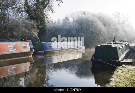 Des bateaux sur le canal sur un canal d'oxford décembre matin glacial. Aynho, Banbury, Oxfordshire, Angleterre Banque D'Images