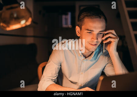Smiling young businessman fort tard dans la soirée Banque D'Images