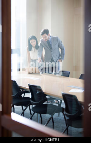 Business people talking in meeting room Banque D'Images