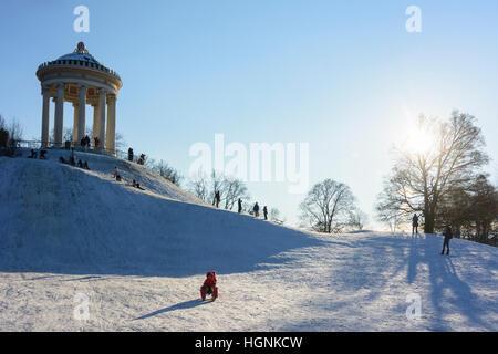 München, Munich: enfants, jeunes, luge, traîneau, traîneau, traîneau, dans le Monopteros Englischer Garten (jardin Banque D'Images