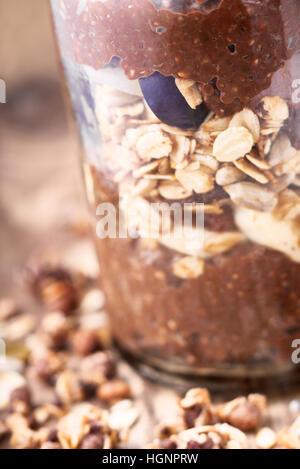 Chia chocolat au lait avec des flocons d'avoine dans le bocal en verre Banque D'Images