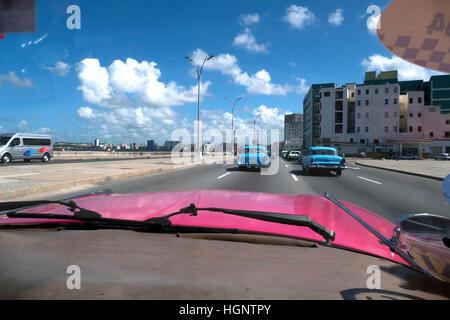 La Havane, Cuba. Vue de la promenade du Malecon et de la mer des Caraïbes à partir d'un pare-brise 1959 Cadillac Banque D'Images