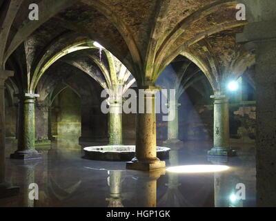 Intérieur de citerne portugaise souterraine en arabe à la fin de la forteresse (style gothique manuélin) dans la Banque D'Images