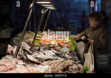 Marché aux poissons du Rialto à Venise Banque D'Images