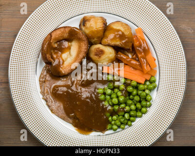 Rôti traditionnel du dimanche déjeuner ou dîner de rosbif et de yorkshire pudding Banque D'Images