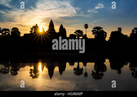Angkor Wat temple à lever du soleil spectaculaire sunburst reflétant dans l'eau Banque D'Images