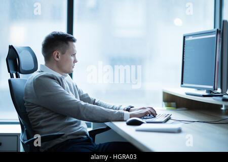 Software développeur travaillant sur le bureau sur le projet in office Banque D'Images