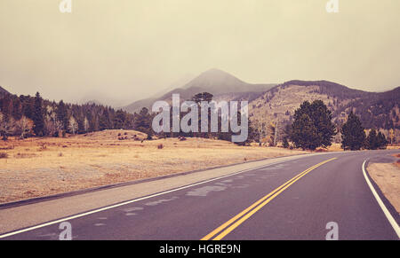 Les tons de couleur sur la route un jour nuageux, Rocky Mountains National Park, Colorado, USA.