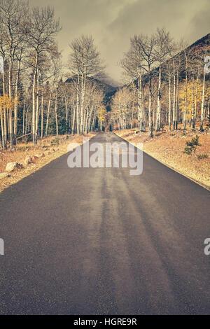Tons couleur rétro automne route après la pluie dans Rocky Mountains National Park, Colorado, USA.